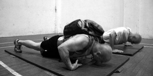 Gabriel Ban – 32 de flotari cu 30 de kilograme in spate pe dosul palmelor, intr-un minut