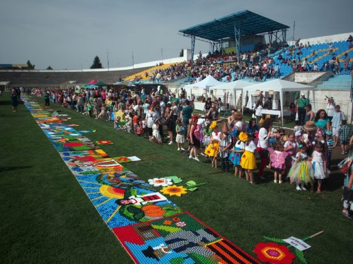 Cel mai lung panou mozaic realizat din capace de plastic – 123 m